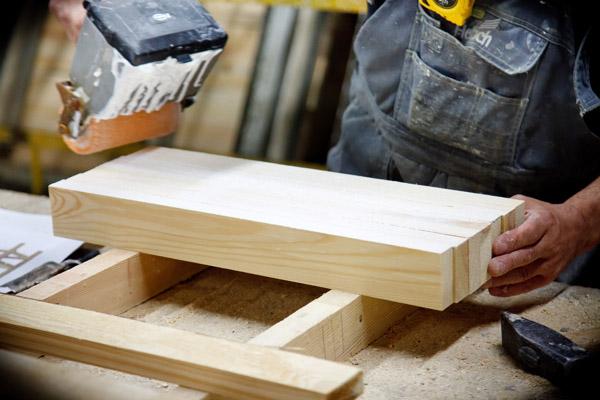 Domowe sposoby na naprawę uszkodzonych mebli drewnianych